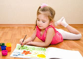 Little girl drawing with paint — Stockfoto