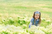 милая маленькая девочка на лугу — Стоковое фото