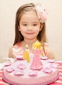 Ritratto di bambina e la sua torta di compleanno — Foto Stock