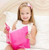 Sevimli küçük kız kitap okuma — Stok fotoğraf