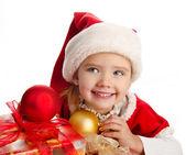 Bambina nel cappello di Natale con scatola regalo e palle — Foto Stock