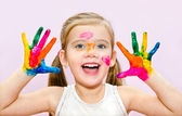 Cute smiling little girl with hands in paint — ストック写真
