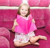 Linda niña feliz leyendo un libro — Foto de Stock