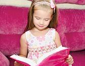 可爱的小女孩读一本书 — 图库照片