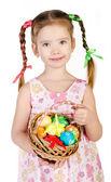 Bambina sorridente con un cesto pieno di colorati iso di uova di pasqua — Foto Stock
