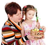 Bambina e la nonna con un cesto pieno di uova di pasqua — Foto Stock
