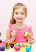 Linda niña pintando huevos de pascua — Foto de Stock