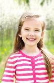 Portrét rozkošný usměvavá holčička — Stock fotografie