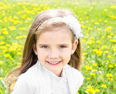 Porträt von bezaubernd lächelnd Mädchen auf der Wiese — Stockfoto