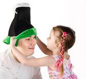 Dziewczynka stawia na pokrywie śmieszne do ojca na białym tle — Zdjęcie stockowe