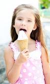 милая маленькая девочка ест мороженое — Стоковое фото