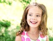 Sevimli gülümseyen küçük kız portresi — Stok fotoğraf