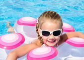 Smiling little girl in swimming pool — Stock Photo