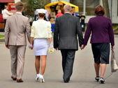 婚礼上散步。这对夫妇和他们的父母. — 图库照片