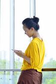 Mulher usando celular — Fotografia Stock