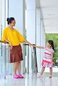 Mor och dotter på kontoret — Stockfoto