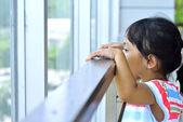 Annesi ofiste bekleyen kız — Stok fotoğraf