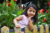 Dziewczynka za płot drewniany — Zdjęcie stockowe