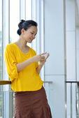 Mulher de negócios usando o celular — Fotografia Stock