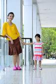 Mère et fille au bureau — Photo