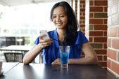 Mladá asijská žena v restauraci — Stock fotografie