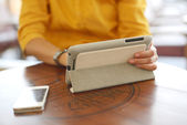 Affärskvinna med hjälp av mobiltelefon — Stockfoto