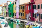 Colorful canal scene in Burano, Venice, Italy — Stock Photo