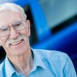 äldre man med en bil — Stockfoto #12759441