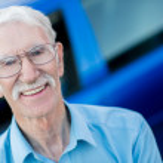 oudere man met een auto — Stockfoto