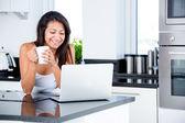 Frau e-mails checken, morgens — Stockfoto