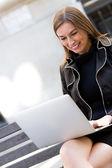 Femme d'affaires travaillant sur un ordinateur portable — Photo