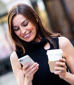 Mensagens de mulher de negócios ocupados — Foto Stock