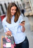 шоппинг женщина отправки текста — Стоковое фото