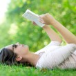 Summer woman reading outdoors — ストック写真