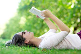 Summer woman reading outdoors — Stock Photo
