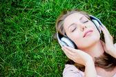 Vrouw luisteren naar muziek — Stockfoto