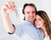 Couple holding keys — Stock Photo