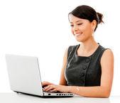 Affärskvinna arbetar online — Stockfoto