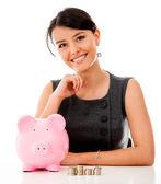 γυναίκα των επιχειρήσεων εξοικονόμηση χρημάτων — Φωτογραφία Αρχείου