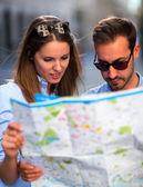 Touristen, die auf einer karte anzeigen — Stockfoto