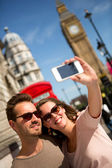 τουρίστες, λαμβάνοντας μια εικόνα στο λονδίνο — Φωτογραφία Αρχείου