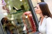 Kvinna fönsterinställningar shopping — Stockfoto