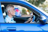 Yaşlı adam bir araba — Stok fotoğraf
