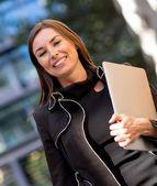 Donna d'affari, portando un computer portatile — Foto Stock