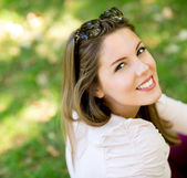 Mulher bonita no parque — Foto Stock