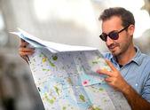 Hombre perdido con un mapa — Foto de Stock