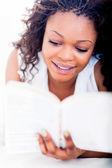 Kobieta korzystających z książki — Zdjęcie stockowe