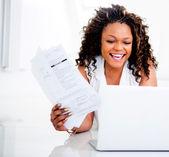 Vrouw betalen van haar rekeningen — Stockfoto