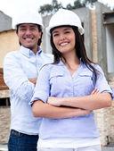 Ingenieros en una construcción — Foto de Stock