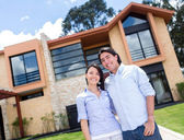 Couple with a beautiful house — Stock Photo